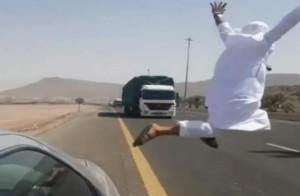 Σοκαριστικό βίντεο: Πετάχτηκε μπροστά σε νταλίκα για... πλάκα!