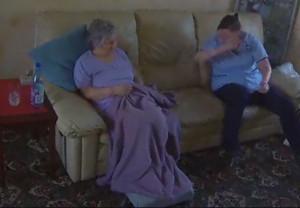 Εβαλε κρυφή κάμερα στο σπίτι της μάνας της! Αυτό που είδε προκάλεσε την παρέμβαση της Αστυνομίας (video)