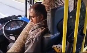Οδηγός λεωφορείου παθαίνει σοκ όταν δέχεται επίθεση από έναν ελέφαντα (video)