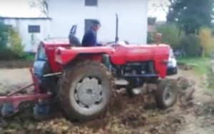 Πάρκαραν τα αυτοκίνητά τους σε χωράφι αγρότη! Δείτε τι τους έκανε και μην το επιχειρήσετε ποτέ (video)