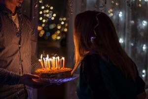 Γιατί σβήνουμε κεράκια στα γενέθλια; Ποια ευχή έλεγαν οι αρχαίοι Έλληνες