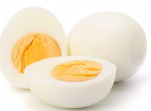 Το απόλυτο τρικ... Καθαρίστε βρασμένο αυγό σε ελάχιστα δευτερόλεπτα (video)