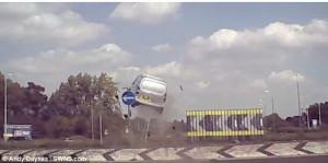 Βαν πετάγεται στον αέρα και καταλήγει στο έδαφος (video)