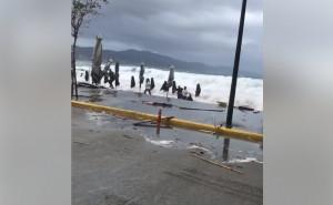 Κυκλώνας Ζορμπάς: Βίντεο σοκ με τεράστια κύματα να σκεπάζουν ανθρώπους στην Καλαμάτα