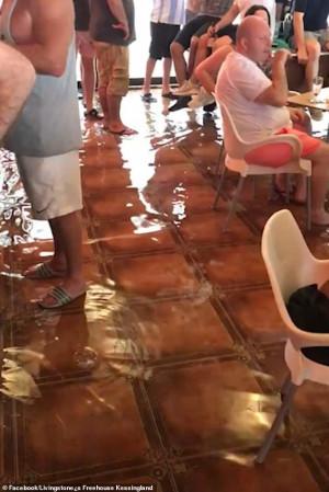 Τουρίστες κάθονται και απολαμβάνουν το ποτό τους ενώ βρέχει και κοντεύουν να πνιγούν (vid)