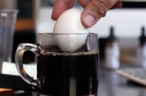 Δείτε τι θα γίνει μόλις βουτήξετε ένα αυγό σε μία κούπα καφέ (vid)