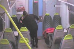 Μαχαίρωσε τη φίλη της μέσα στο τρένο σαν να μην συμβαίνει τίποτα