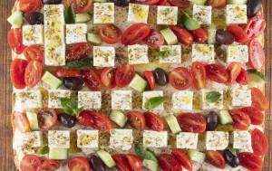 Η συνταγή του Ακη Πετρετζίκη για την πιο... ελληνική πίτα (video)