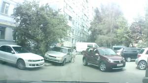 Εβαλε τη φίλη του να του κάνει... κουμάντο για να παρκάρει. Δείτε τι ακολούθησε... (Video)