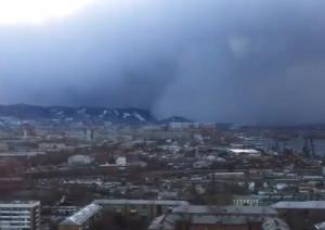 Καιρός: «Τσουνάμι» χιονιού ντύνει στα λευκά ολόκληρη πόλη (video)
