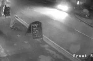 Μεθυσμένος οδηγός πέφτει σε πλήθος έξω από μαγαζ