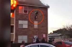 Γονείς πετούν μωρό από το παράθυρο διαμερίσματος που φλέγεται