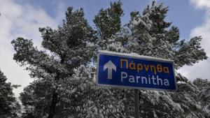 Ασπρίζει η Πάρνηθα: Ξεκίνησε η χιονόπτωση στην κορυφή (video)