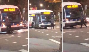 Εξαγριωμένος άντρας στέκεται μπροστά σε λεωφορείο και προκαλεί ζημιές... (Video)