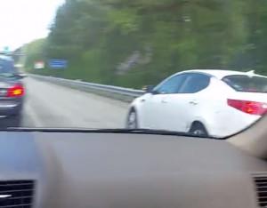 Προσπέρασε από τη ΛΕΑ και την... πάτησε, προς τέρψη των υπόλοιπων οδηγών (video)