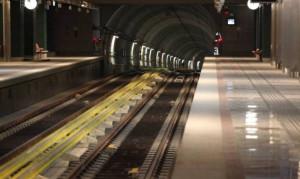 «Μάχη» στις γραμμές του τρένου για ένα κομμάτι ψωμί (video)
