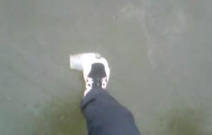 Πήραν γυάλινα βαζάκια και άρχισαν να τα... πατάνε σε παγωμένη λίμνη. Τι ακολούθησε; (Video)