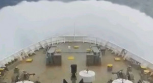 Ελληνικό καράβι «παλεύει» με κύματα 10 μποφόρ στην Αδριατική (video)