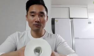 Παίρνει ένα χαρτί υγείας και το λιώνει. Ο λόγος θα σας κάνει να το δοκιμάσετε (video)
