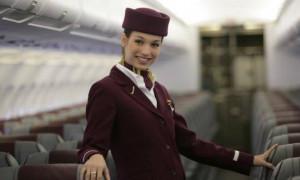 Γνωρίζεις γιατί οι αεροσυνοδοί έχουν τα χέρια τους πίσω κατά την επιβίβαση; (photo)