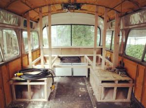 Πούλησε το σπίτι της και αγόρασε ένα παλιό λεωφορείο! Μόλις δείτε πώς το έκανε θα πάθετε σοκ (video+photos)