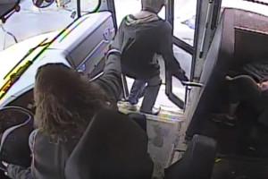 Τρομερό! Οδηγός λεωφορείου σώζει παιδί από χτύπημα αυτοκινήτου (video)