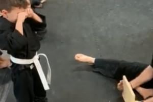 Μικρός καρατέκα ξεσπά σε κλάματα γιατί δεν μπορεί να σπάσει την σανίδα - Η συνέχεια θα σας συγκινήσει (photos+video)
