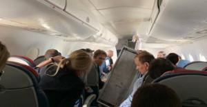 Ανατριχιαστικό! Στιγμές τρόμου σε πτήση - Αεροσυνοδός βρέθηκε στον αέρα! (video)