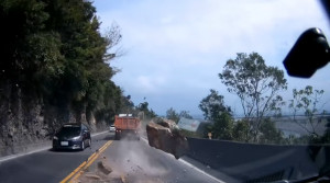 Σοκ: Βράχος κόντεψε να διαλύσει αυτοκίνητα (video)