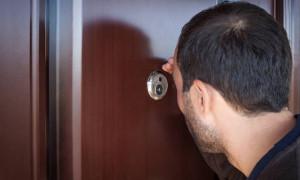 Δες γιατί πρέπει να καλύπτεις πάντα το ματάκι της πόρτας!