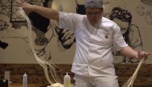 Παίρνει αλεύρι και νερό... Δείτε γιατί θεωρείται ο μάστερ των χειροποίητων noodles (video)