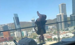 Απίστευτο! Έπεσε από τον 6ο γιατί έκανε γιόγκα στο μπαλκόνι - Σοκάρουν οι εκτιμήσεις των γιατρών (photos)