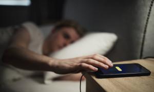 Κοιμάσαι και φορτίζεις το κινητό δίπλα σου; Σταμάτα αμέσως! (photos)
