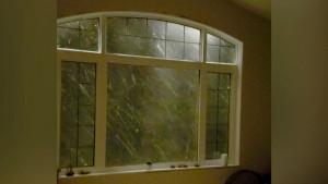 Καιρός: Ακουσαν θόρυβο στα παράθυρα κι έβαλαν τις κάμερες να γράφουν... (Video)