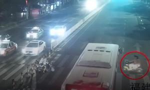 Κορίτσι παγιδεύτηκε κάτω από λεωφορείο - Αυτό που έγινε μετά θα σας εκπλήξει (video)