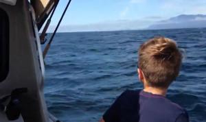 Πατέρας πήγε το γιο του βόλτα με το σκάφος. Ξαφνικά είδαν πίσω τους να πετάγεται... (video)