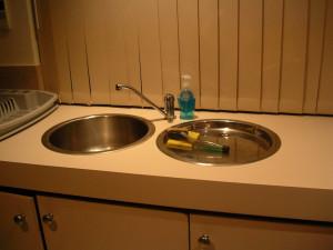 Βούλωσε ο νεροχύτης σας; Θα τον ξεβουλώσετε με δύο υλικά που έχετε όλοι σπίτι σας (video)