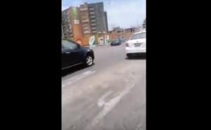 Βίντεο – σοκ: Μάνα σε μηχανάκι τραβάει πίσω της το καροτσάκι με το μωρό