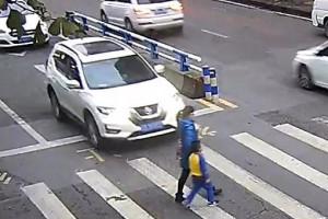Οδηγός χτύπησε με το αυτοκίνητό του γυναίκα με παιδί - Η αντίδραση του μικρού είναι μοναδική! (photos+video)