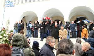 Συγκίνηση στην κηδεία του Ηλία Ρωσίδη - Με τη σημαία του Ολυμπιακού στην τελευταία κατοικία (photos)