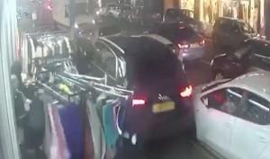 Εικόνες - ΣΟΚ: Οδηγός κόντεψε να σκοτώσει ανθρώπους σε πεζοδρόμιο - Δεν φαντάζεστε για ποιον λόγο (video)