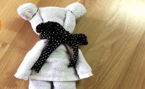 Πήρε μια πετσέτα και την έκανε... αρκουδάκι! Μόλις δείτε πώς, θα το κάνετε κι εσείς (video)