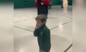 Συγκινητικό! 6χρονος νίκησε την λευχαιμία - Δείτε πώς τον υποδέχθηκαν οι συμμαθητές του (video)