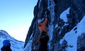 Απίστευτες εικόνες! Κάνουν αναρρίχηση σε παγωμένο καταρράκτη! (video)