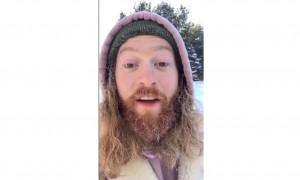 Βγήκε έξω στους -14 βαθμούς Κελσίου - «Παγώνει» η… μεταμόρφωσή του! (video)