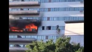 Εικόνες ΣΟΚ: Έπιασε φωτιά το κτήριο και πηδούσαν από τα μπαλκόνια (video)