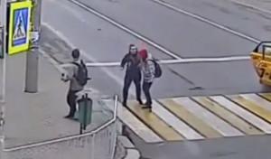 Βγήκε από το ταξί και πλάκωσε μία γυναίκα - Δεν περίμενε αυτό που έπαθε μετά (video)