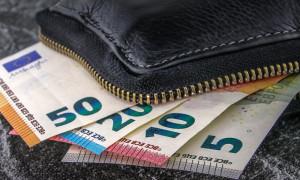 Κατώτατος μισθός: Πόσο μπορεί να αυξηθεί στην Ελλάδα;