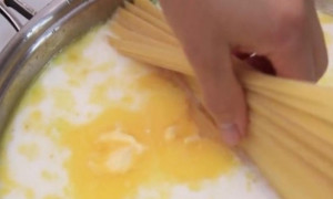 Έριξε γάλα στα μακαρόνια - Αυτό που έκανε μετά θα το λατρέψετε (video)