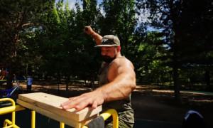 Τρομερές εικόνες - Δεν φαντάζεστε τι καρφώνει αυτός ο άνδρας με το χέρι του (videos)